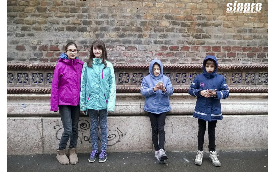 Copii deștepți folosind telefoane deștepte