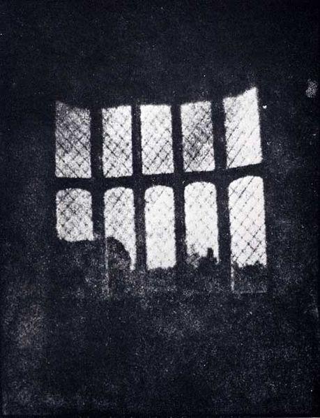 Fereastră cu grilaj de la Mănăstirea Lacock,  de Henry Fox Talbot (1835)-   o imagine obţinută din cel mai vechi negativ fotografic din istorie